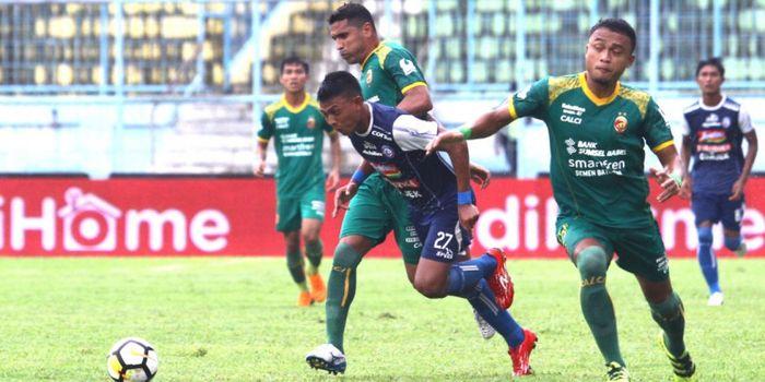 Striker Arema FC, Dedik Setiawan berebut bola dengan striker Sriwijaya FC, Alberto Goncalves.