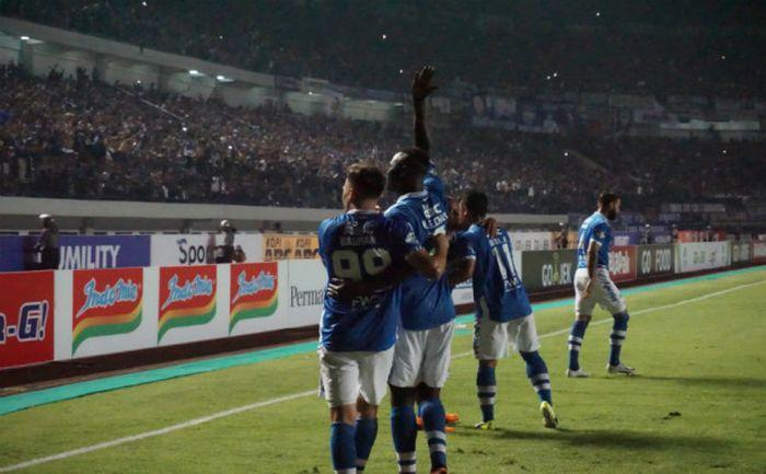 Duet Jonathan Bauman dan Ezechiel N'Douassel saat merayakan gol ke gawang Persipura di Gelora Bandu