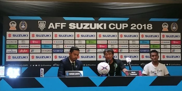 Pelatih timnas Timor Leste, Norio Tsukitate (tengah), dalam jumpa pers seusai laga Piala AFF 2018 ko