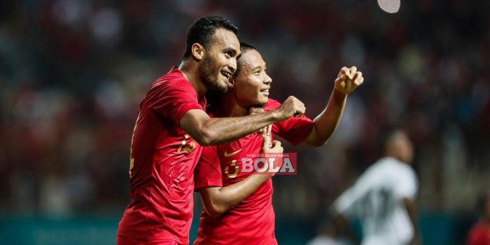 Gelandang timnas Indonesia, Evan Dimas, bersama dengan Rizky Pora, usai mencetak gol ke gawang ti
