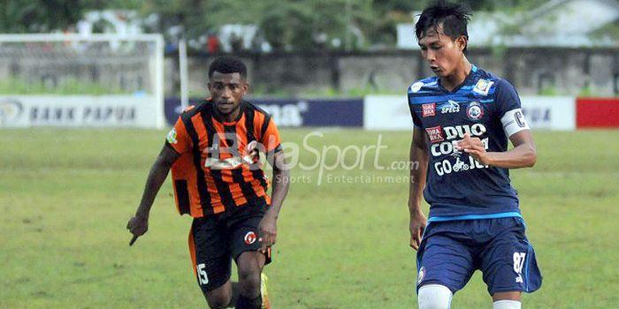 Kapten Arema FC Johan Ahmad Alfarizie lakukan serangan ke pertahanan Perseru dalam laga lanjutan Lig