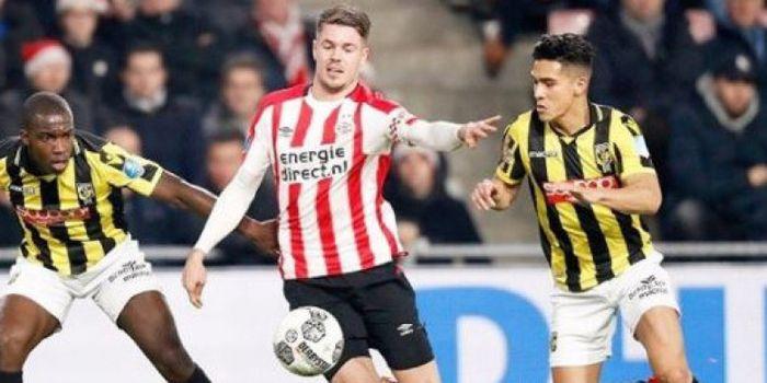 Gelandang Vitesse Arnhem, Navarone Foor  (kanan), saat melawan PSV Eindhoven.
