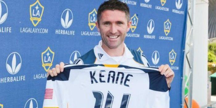 Penyerang asal Irlandia, Robbie Keane, saat memamerkan seragam Los Angeles Galaxy miliknya.