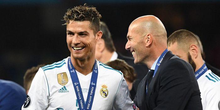 Pelatih Real Madrid, Zinedine Zidane (kanan), melakukan selebrasi bersama Cristiano Ronaldo seusai t