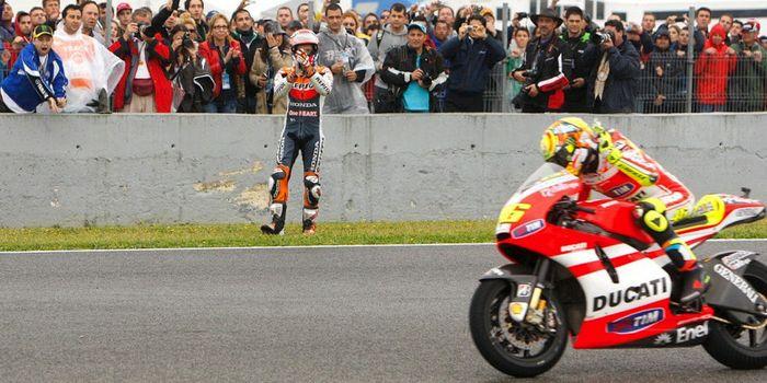 Casey Stoner memberikan tepuk tangan kepada Valentino Rossi usai keduanya terlibat insiden saat bala