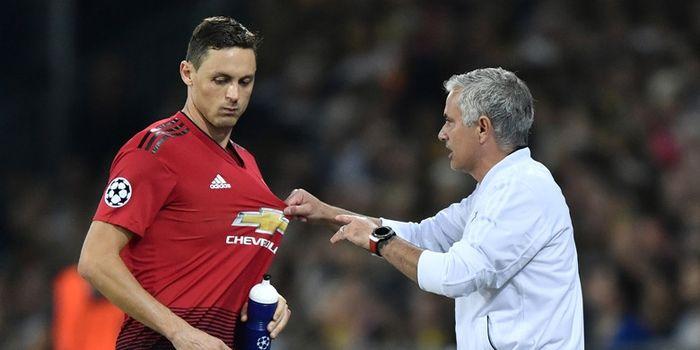 Pelatih Manchester United, Jose Mourinho (kanan), berbicara dengan Nemanja Matic dalam laga Grup H L