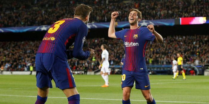 Bek FC Barcelona, Gerard Pique (kiri), merayakan golnya bersama Sergi Roberto dalam laga leg pertama