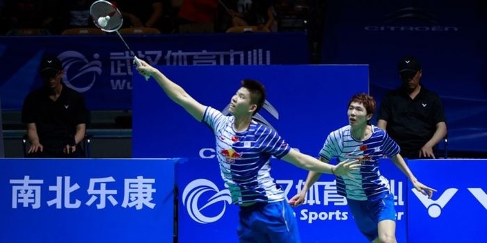 Pasangan ganda putra China, Li Junhui (kanan) dan Liu Yuchen, mengembalikan kok pukulan dari lawan m
