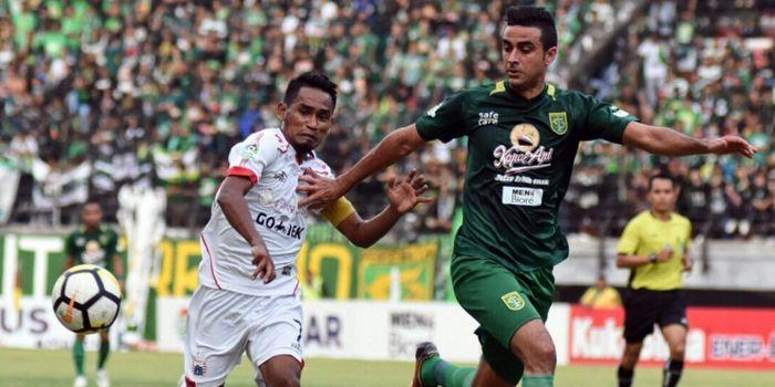 Gelandang Persija Jakarta, Ramdani Lestaluhu dijaga ketat bek Persebaya, Otavio Dutra, di Stadion Ge