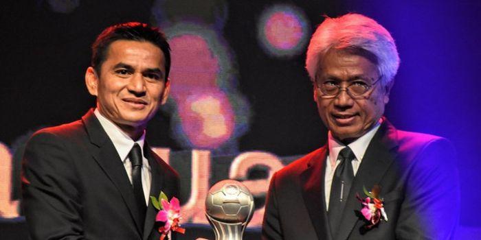Mantan pelatih timnas Thailand, Kiatisuk Senamuang (kiri) mendapatkan anugerah AFF Award 2017.
