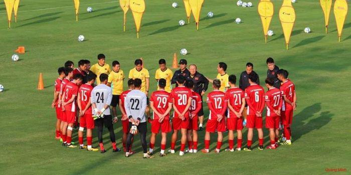 Pelatih Park Hang-seo (tengah) memberikan instruksi ke pemain timnas Vietnam pada pemusatan latihan