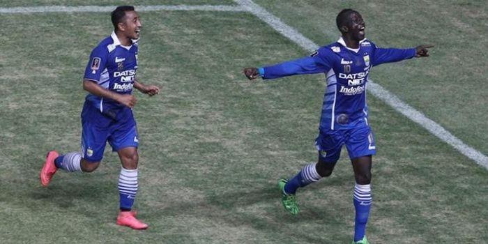 Makan Konate dikejar Firman Utina saat merayakan gol kedua Persib Bandung ke gawang Sriwijaya FC, Mi