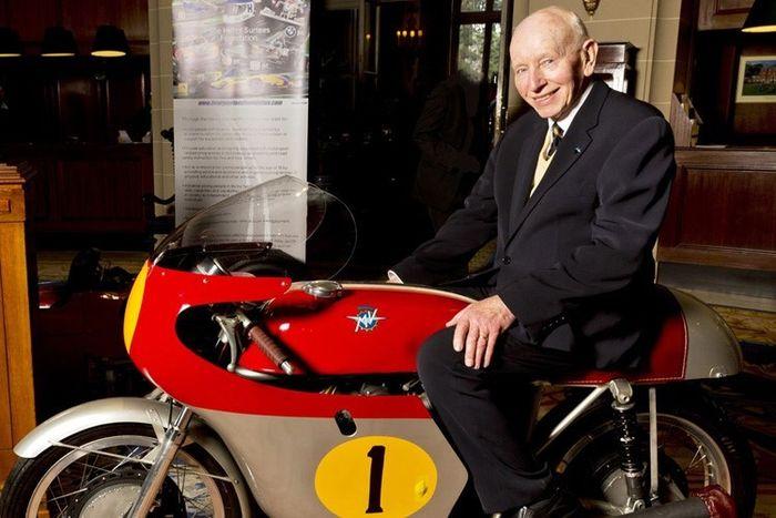 John Surtees di atas motor MV Agusta miliknya