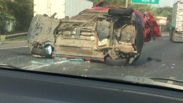 Mazda2 menghantam mobil lain sampai terbalik
