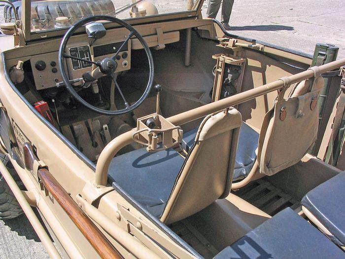 Seperti VW Kubelwagen, VW Scwimmwagen enggak dibekali pintu, jadi kayak ember ya?