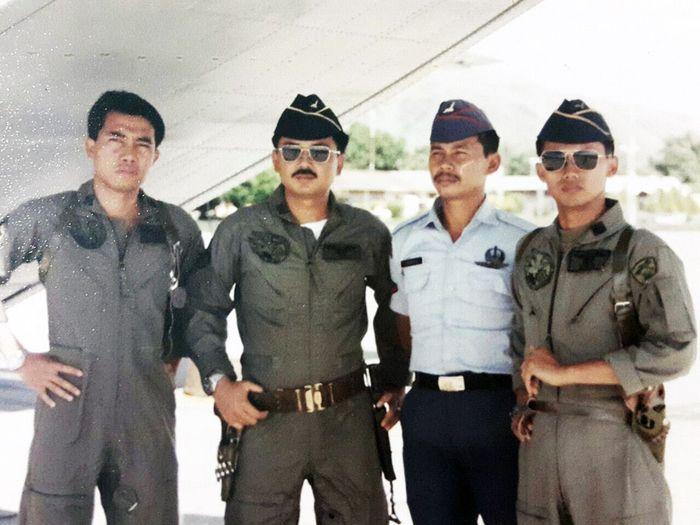 Marsekal Hadi Tjahjanto saat berpangkat Kapten dan pilot CASA (tengah berkacamat)