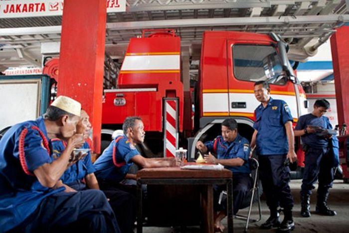 Sekelompok personel pemadam kebakaran Group A beristirahat makan siang di Markas Suku Dinas Pemadam Kebakaran dan Penanggulangan Bencana, Provinsi DKI Jakarta.