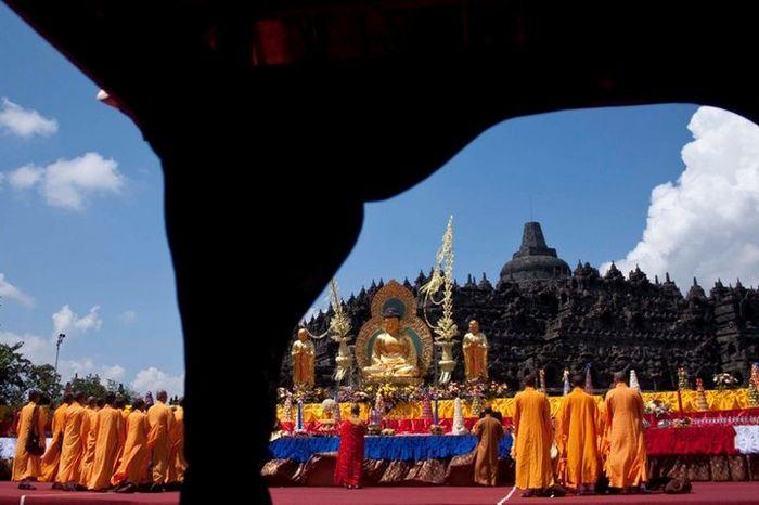 Sejumlah biksu tengah bersiap-siap menyambut detik-detik perayaan Waisak yang digelar di pelataran C
