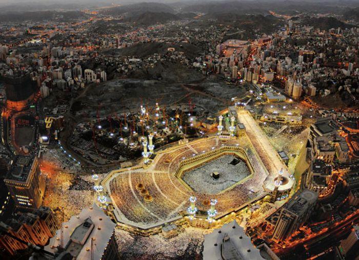 La Gran Mezquita está llena de luz crepuscular, que marca el final del ayuno.  El lugar está lleno de peregrinos de todo el mundo.