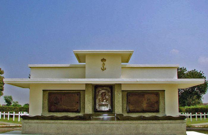 Munumen Karel Doorman di Ereveld Kembang Kuning, Surabaya.