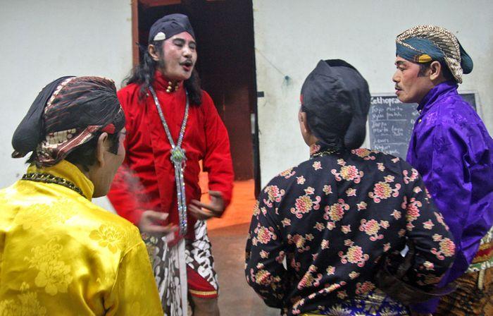 Beberapa seniman profesional ketoprak Balekambang Surakarta tengah bersiap pentas.