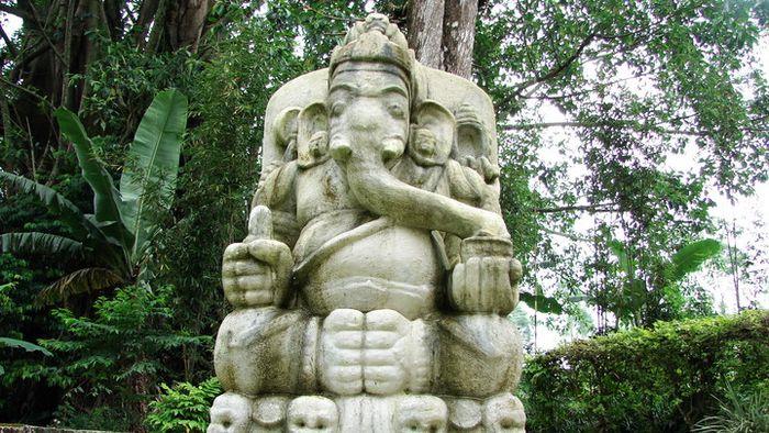 Arca Ganesha di samping tugu peringatan Skuadron Jerman-Asia Timur di Cikopo. Emil Helfferich memesan arca Ganesha dan Buddha ke seorang perajin batu di pinggiran jalan raya Yogyakarta-Solo, sekitar Prambanan pada awal abad ke-20 .