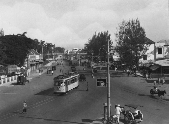 Kawasan Alun-Alun Surabaya, Jawa Timur. Foto karya Piet Voorn dan Rosalina Cornelia Naisahvan.