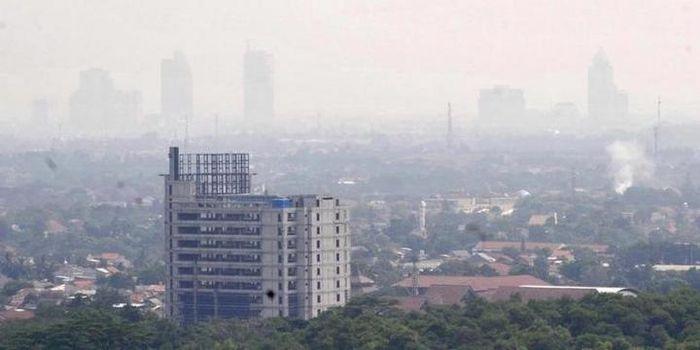 Tingginya tingkat polusi udara membuat pemandangan kawasan Jakarta Selatan terlihat samar seperti be