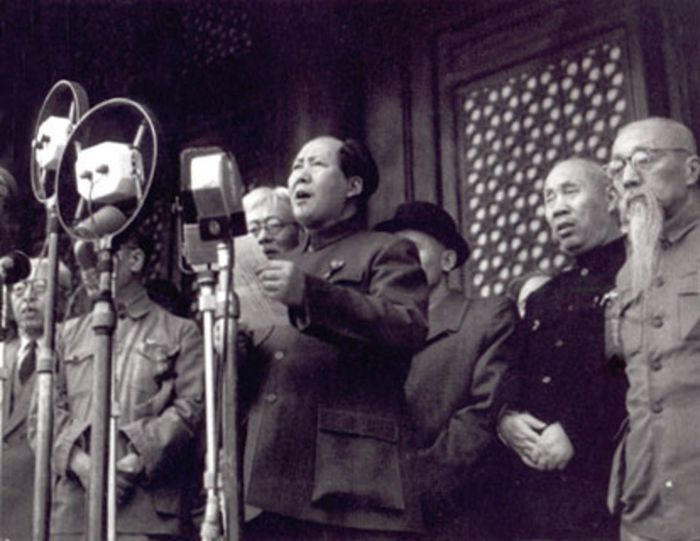 Mao Zedong memproklamasikan Republik Rakyat Cina pada tanggal 1 Oktober 1949.