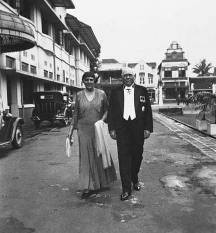 "Sepasang suami istri Belanda di Grand Hotel De Djokdja, Jalan Malioboro. Pada 1945-1950 hotel ini berganti nama menjadi ""Hotel Merdeka"". Ketika Ibu Kota Republik  pindah ke Yogyakarta (1946-1950), hotel ini digunakan sebagai kantor pemerintahan dan hunian para pejabat negara."
