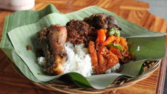 Gudeg Yu Djum yang disajikan dengan daun pisang. | Fira Abdurachman/Kompas.com