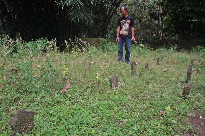 Ki Roni Sodewo, keturunan ketujuh Dipanagara, berdiri di permakaman laskar moyangnya di Desa Dekso.
