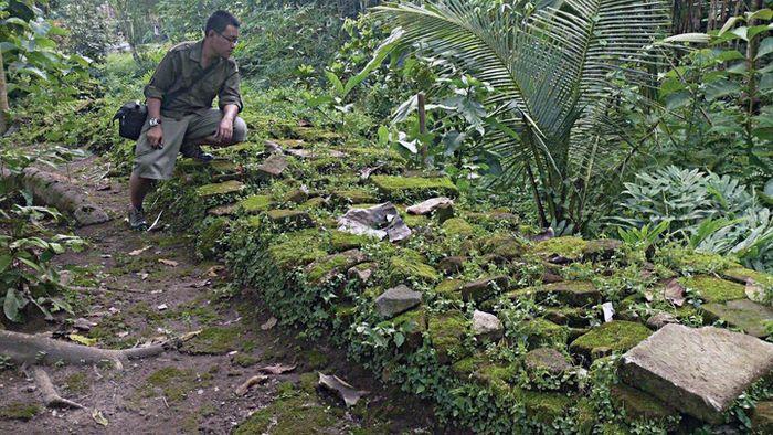 Repihan struktur tembok di kawasan Keraton Plérèd, tinggalan Amangkurat Pertama.