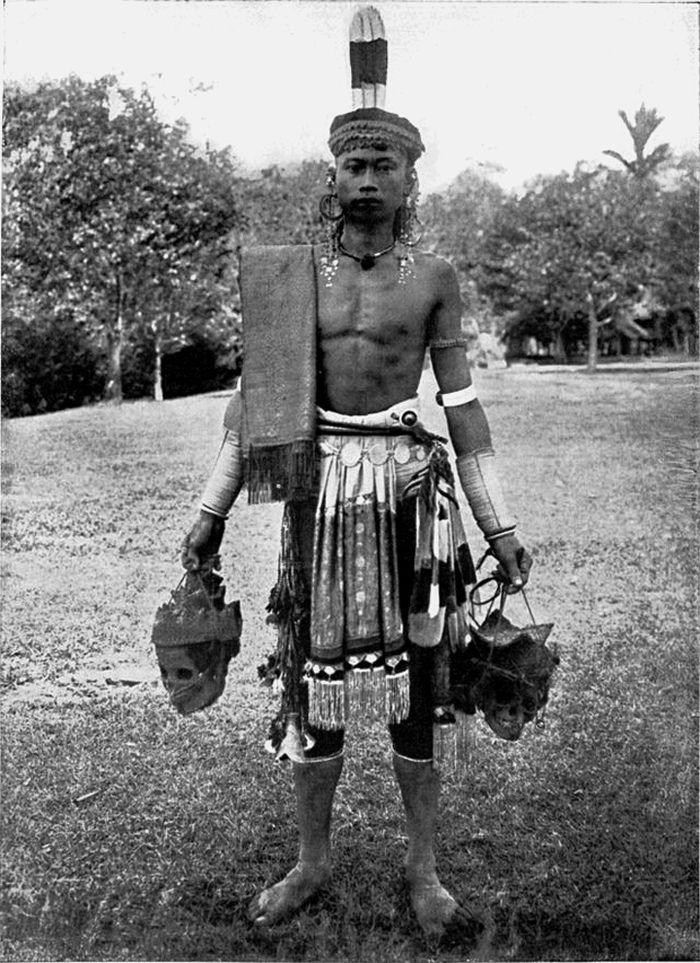 Seorang Dayak pemburu kepala di Borneo sekitar 1900-1912. Setiap satu atau dua tahun sekali the Dayak Iban menyelenggarakan adat Gawai Autu untuk menghormati arwah leluhur yang dipercaya berada disekeliling kepala yang tergantung di rumah mereka. Dalam upacara adat itu mereka berharap mendapatkan berkah dan keberuntungan.