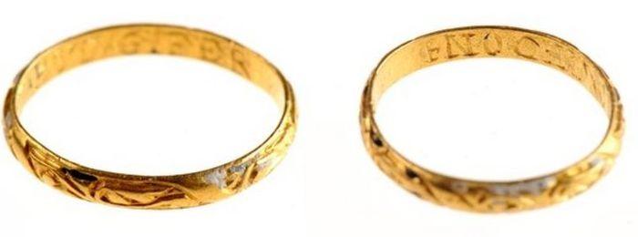 Cincin emas berukirkan tulisan romantis yang ditemukan di sebuah lahan bajakan di County Antrim, Irl