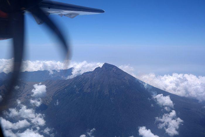 Puncak Gunung Rinjani yang berada di Pulau Lombok, Nusa Tenggara Barat. Gunung api tertinggi kedua d
