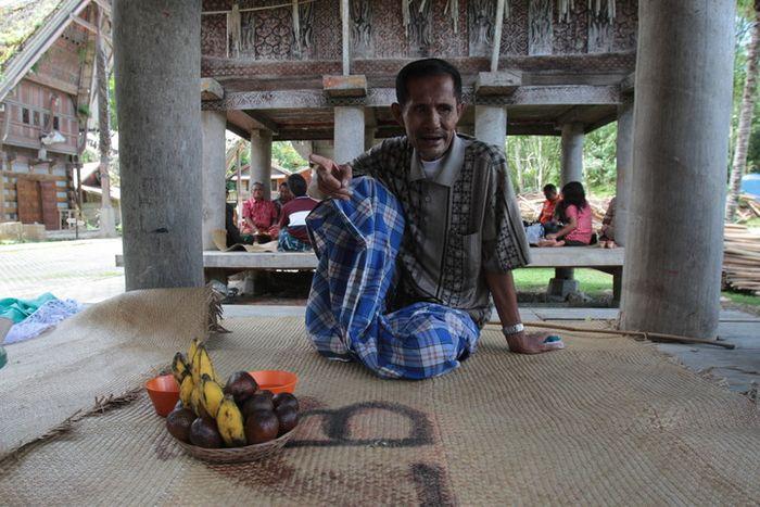 Layuk Sarungallo, Kepala Adat dari Tongkonan Kete' Kesu, Toraja, Sulawesi Selatan. Layuk mengisahkan teladan dari leluhurnya di lumbung padi rumah tongkonan. Dalam tradisi Toraja, lumbung merupakan tempat bersosialisasi dan tempat pertemuan keluarga.