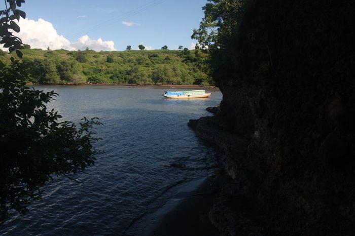 Pemandangan teluk di Desa Sowa, situs Wadu Pa'a, Kabupaten Bima, Sumbawa.