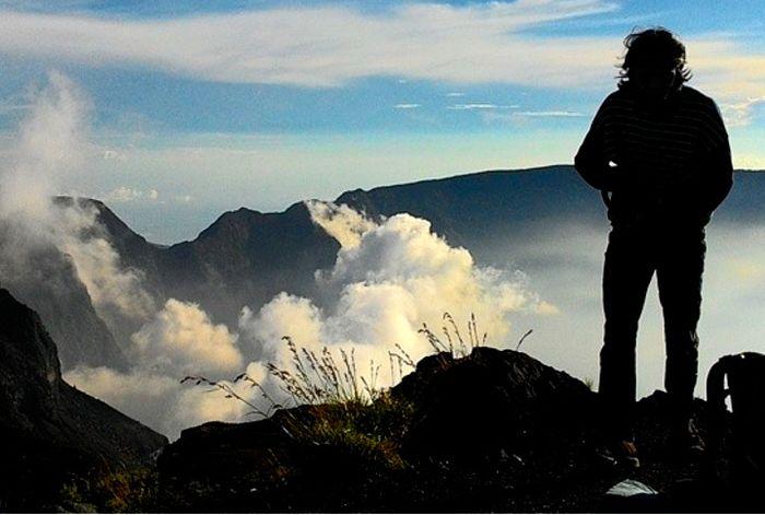 Siluet pendaki di puncak Gunung Tambora berketinggian 2.850 meter. Gunung bertipe stratovolcano akti