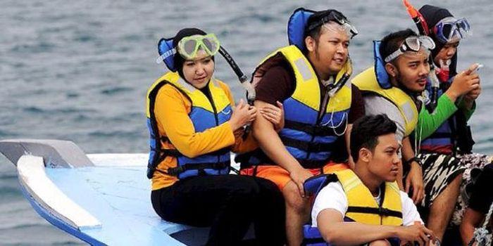 Wisatawan bersiap di Dermaga Pulau Pramuka, Kepulauan Seribu, untuk snorkeling di Pulau Semak Daun,