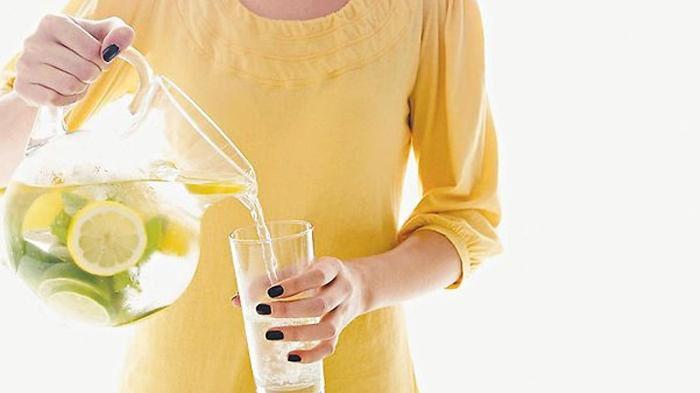 Salah satu kebiasaan menyehatkan adalah minum air putih yang cukup. Tambahkan irisan buah segar ke d