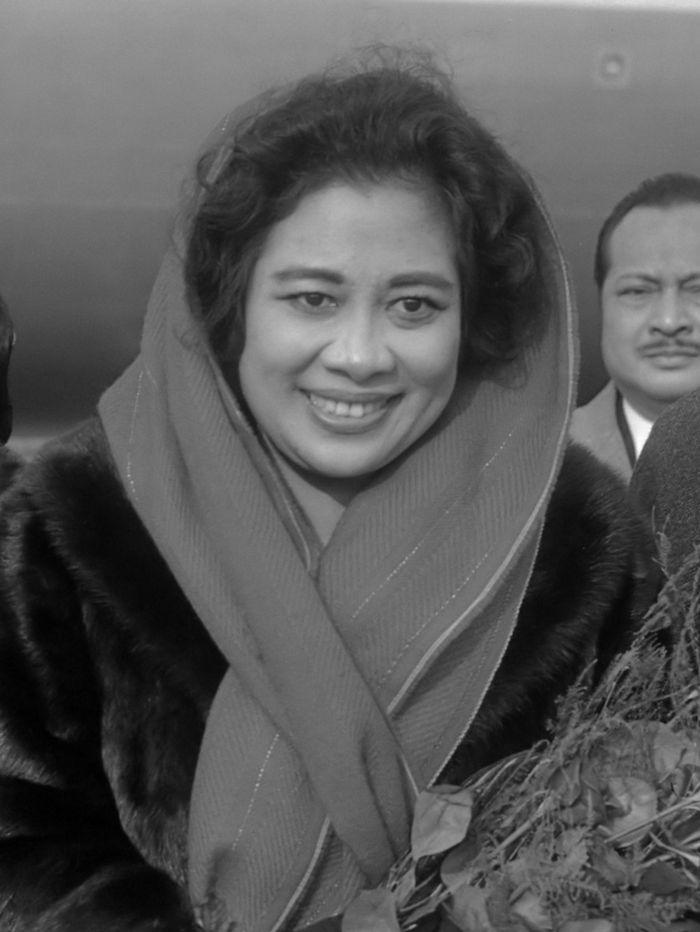 Fatmawati Soekarno, ketika kunjungannya di Belanda 5 November 1966. Ibu Negara pertama Republik Indonesia sepanjang 17 Agustus 1945 – 12 Maret 1967. Lahir di Bengkulu, 5 February 1923, dan wafat di Kuala Lumpur, 14 Mei 1980.