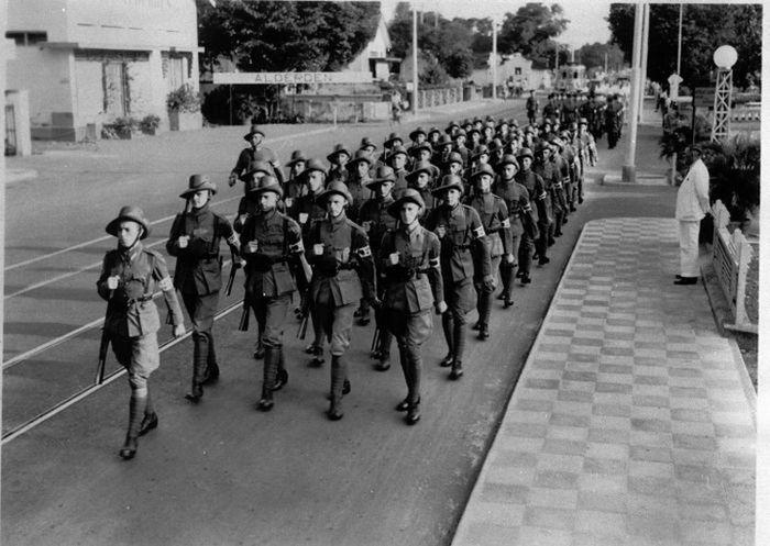 KNIL yang tengah berbaris di seruas jalan Kota Surabaya, 1937.
