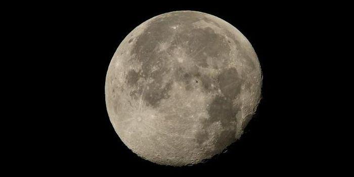 Potret stasiun antariksa ISS yang terbang melintasi bulan purnama.