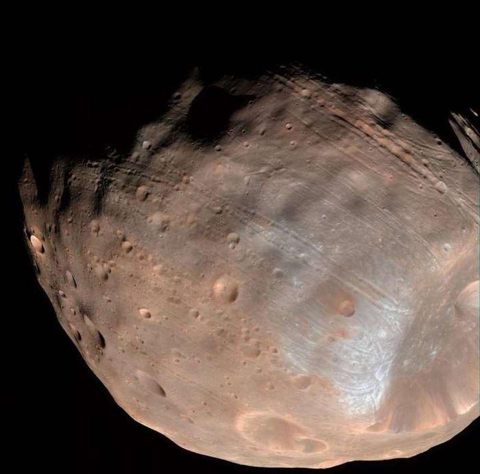 Alur linear panjang di permukaan bulan adalah indikasi bahwa bulan secara perlahan akan luruh.