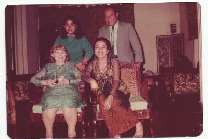 Perempuan berambut pirang itu adalah K'tut Tantri, , yang memiliki selusin nama julukan, salah satunya Miss Daventry. Tampak Bung Tomo berdiri bersama putri bungsunya, Ratna Sulistami. Sementara Sulistina Sutomo, istri Bung Tomo, tampak duduk bersama Tantri. Foto ini diambil ketika Tantri berkunjung ke rumah mereka di Jalan Besuki No.27 Menteng, Jakarta, pada 1980.