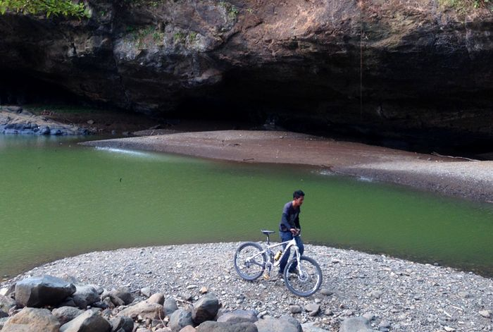 Saat musim kemarau, Air Terjun Sodong di kawasan Taman Bumi Ciletuh tetap menarik minat wisatawan un