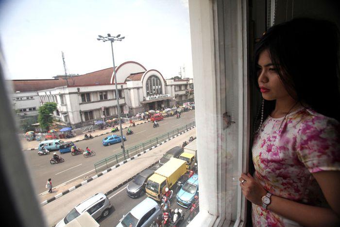 Dari jendela ruang direktur di lantai dua, tampak pemandangan Stasiun BEOS, Jakarta Kota.