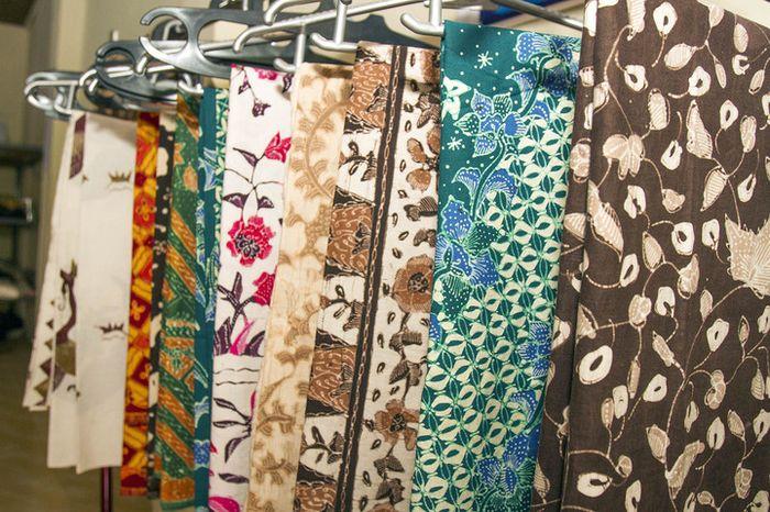Warna-warni batik menghiasi Desa Trusmi yang merupakan salah satu kampung batik di Cirebon. Kegiatan