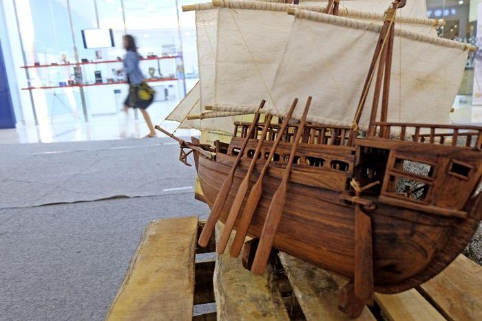 Miniatur kapal dagang yang kerap digunakan penjelajah Eropa untuk melayari samudra demi menemukan kepulauan rempah.